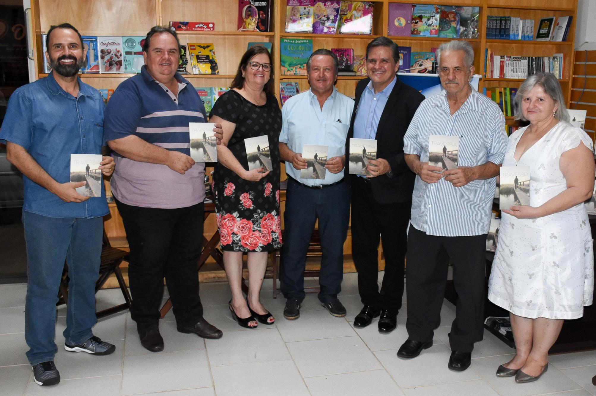 """Professor José Luiz lança livro """"Travessia"""""""